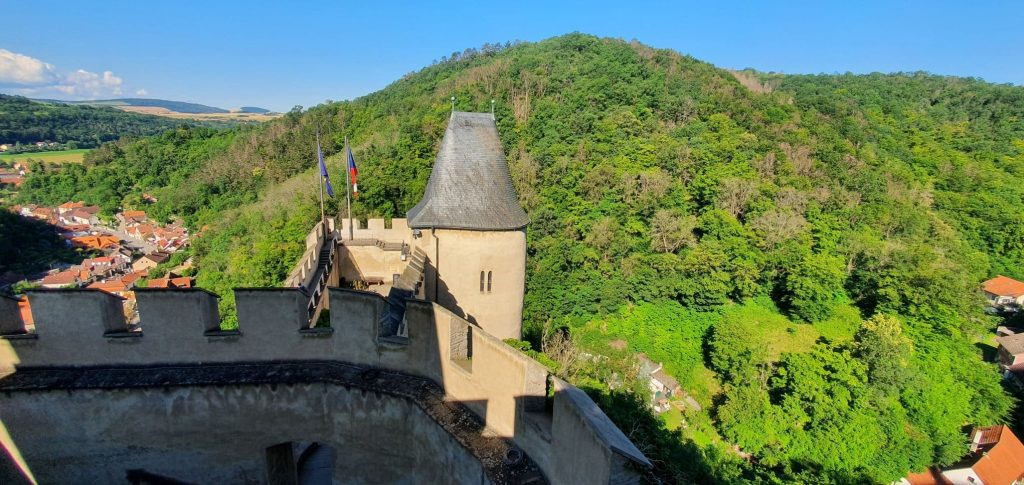 Výhled z hradeb Karlštejna